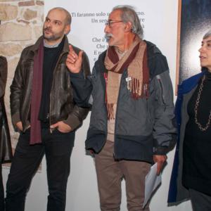 DISPLACEMENT - NEW TOWN NO TOWN di Giovanni Cocco e Caterina Serra, nella foto gli autori con la curatrice Italia Gualtieri (© Laboratorio d'arte Maw)