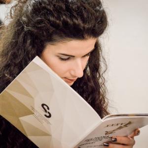 Sfogliando il catalogo (© Photographia Sulmona)